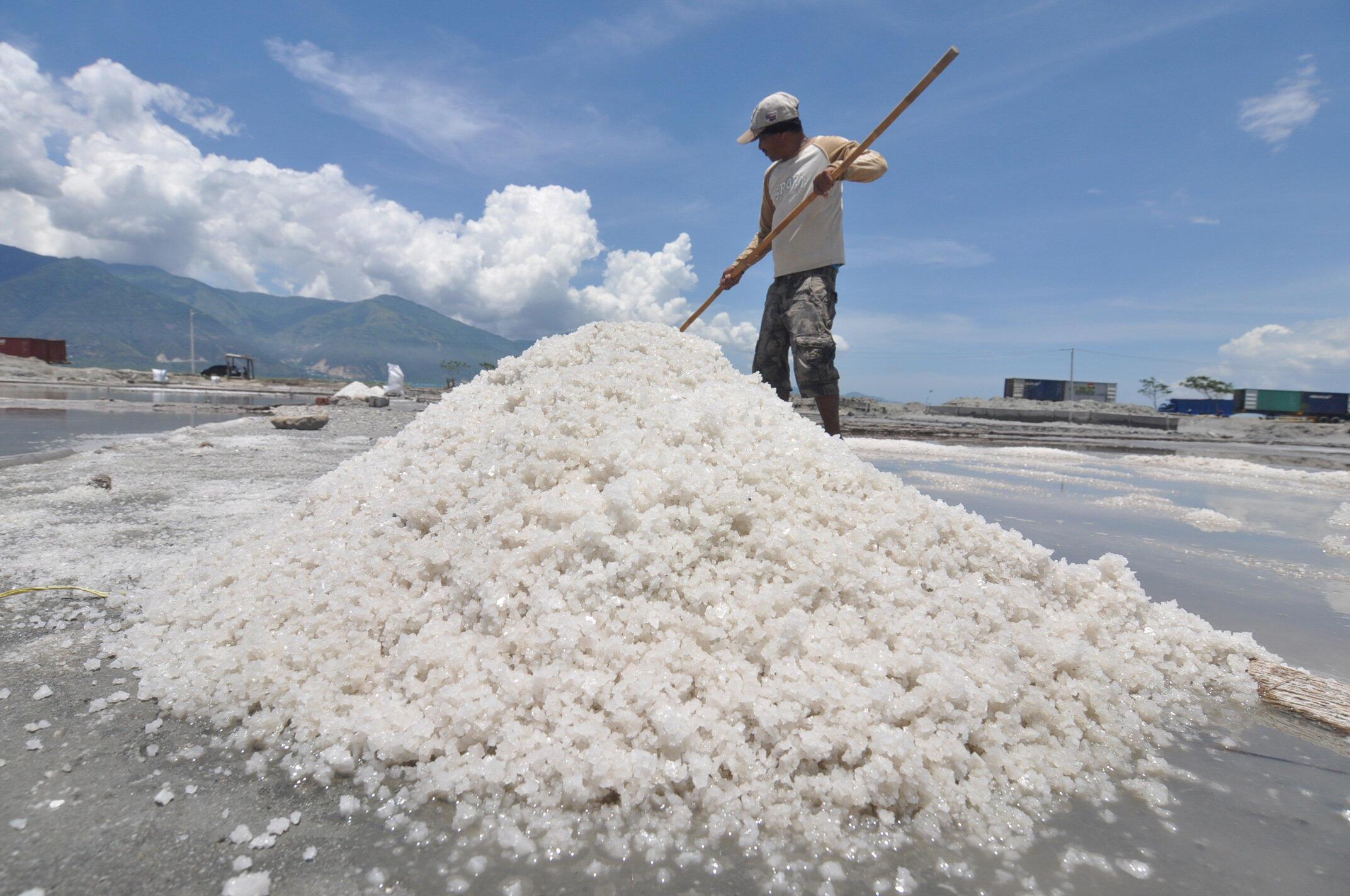 En Indonésie, la production locale de sel est restée très artisanale et elle est soumise aux aléas climatiques. Photo : Village de Talise, le 10 mars 2018.