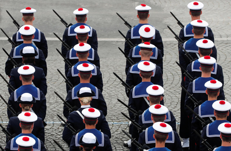Soldados franceses realizan un ejercicio militar durante las celebraciones del Día de la Bastilla en la Plaza de la Concordia en París, Francia, el 14 de julio de 2020.