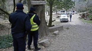 Policías a la entrada del camino de San Lorenzo donde encontraron los cuerpos de las dos francesas.