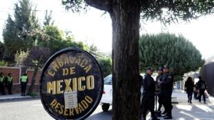 Policiais perto da embaixada do México em La Paz, na Bolívia.