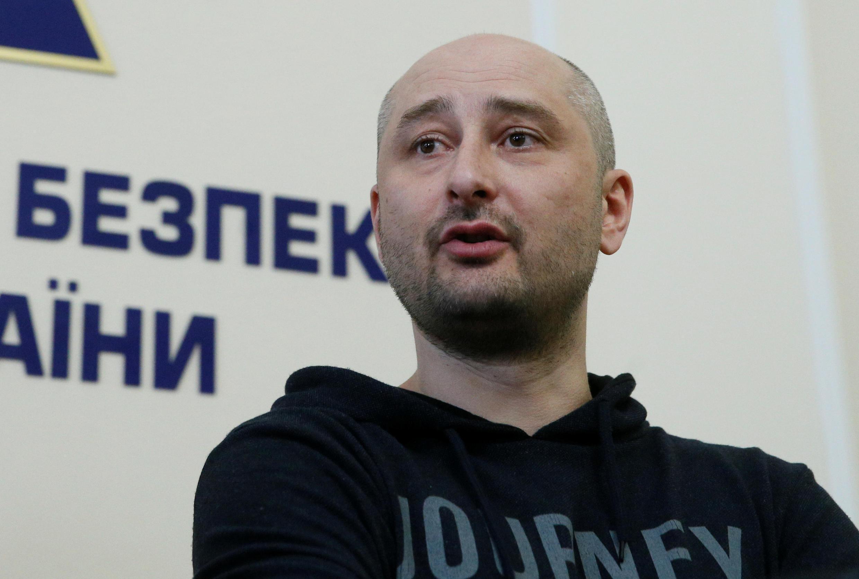 ارکدی بابچنکو، روزنامه نگار ٤١ روسی که سه شنبه ٢٩ مه قتل وی اعلام شده بود، روز چهارشنبه، در کنار رئیس سرویسهای امنیتی اوکرائین و دادستان کل، در یک کنفرانس مطبوعاتی شرکت کرد – ٣٠ مه ٢٠١٨