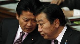 日本外相玄葉光一郎與日本首相野田佳彥(右),2012年4月5日在日本國會。