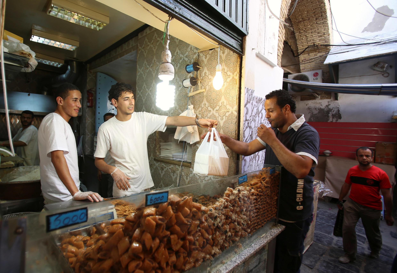 Pendant le ramadan, les familles tunisiennes achètent de grandes quantités pour le repas de rupture du jeûne, mais une partie finit à la poubelle.