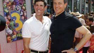 Le directeur des studios Walt Disney, Rich Ross (G) et le PDG de la compagnie Bob Iger, à Hollywood, en Californie, le 13 juin 2010.