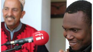 Songhoy Blues et Abdelsam Alikane au studio souiri de RFI.