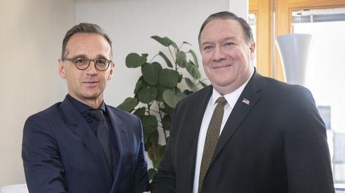 عکس آرشیو- هایکو ماس با مایک پومپئو وزرای خارجه آلمان و آمریکا در حاشیه دیدار وزرای خارجه اروپایی، در بروکسل با یکدیگر دیدار کردند. دوشنبه ۲۳ اردیبهشت/ ۱۳ مه ٢٠۱٩
