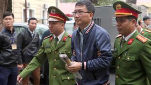 Trịnh Xuân Thanh bị công an áp tải trong một phiên tòa ở Hà Nội, ngày 08/01/2018.