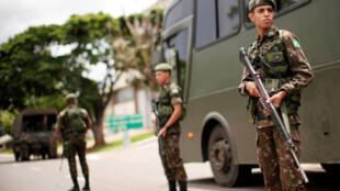 El ejército brasileño patrulla la esplanada de los ministerios en Brasilia, antes de la posesión de Jair Bolsonaro.