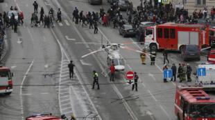 Nhân viên y tế cấp cứu nạn nhân vụ nổ bom ở St-Petersbourg, Nga, ngày 03/04/2017.