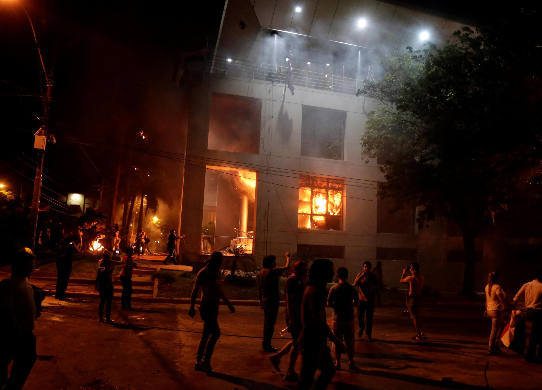 به آتش کشیده شدن ساختمان کنگره پاراگوئه توسط تظاهرکنندگان، در اعتراض به تغییر قانون اساسی در زمینه تغییر دوره ریاست جمهوری در این کشور. ٣١ مارس ٢٠۱٧