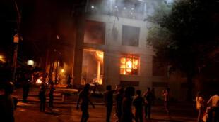 Congresso paraguaio em chamas.