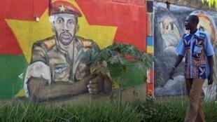Un burkinabe passe devant une peinture murale représentant Thomas Sankara, à Ouagadoudou, le 18 novembre 2010.