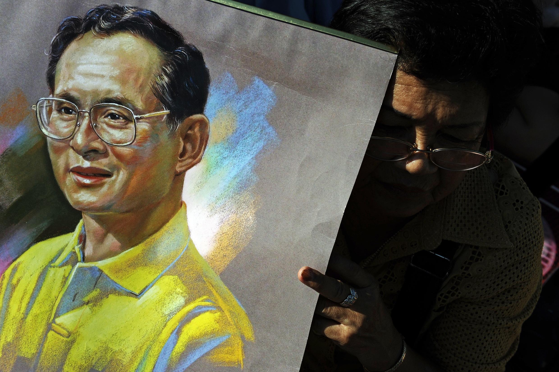 រដ្ឋធម្មនុញ្ញថៃចែងការពារនិងដាក់ទោសតឹងតែង នូវរាល់ទង្វើប្រមាថព្រះមហាក្សត្រ  Bhumibol Adulyadej។