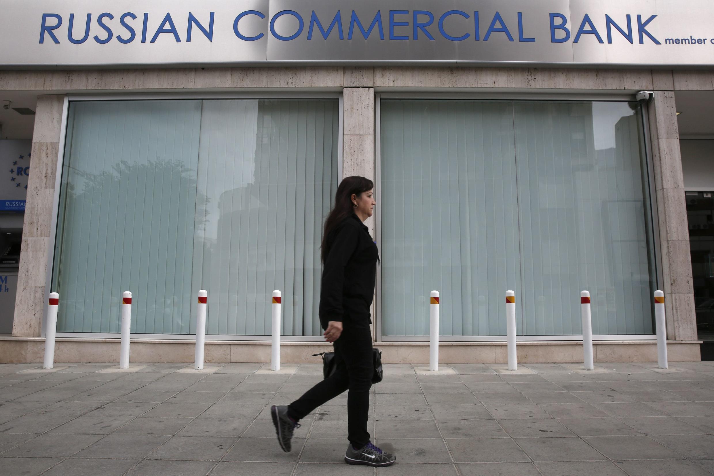 Une femme passe devant la Russian Commercial Bank, à Nicosie, le 19 mars 2013.