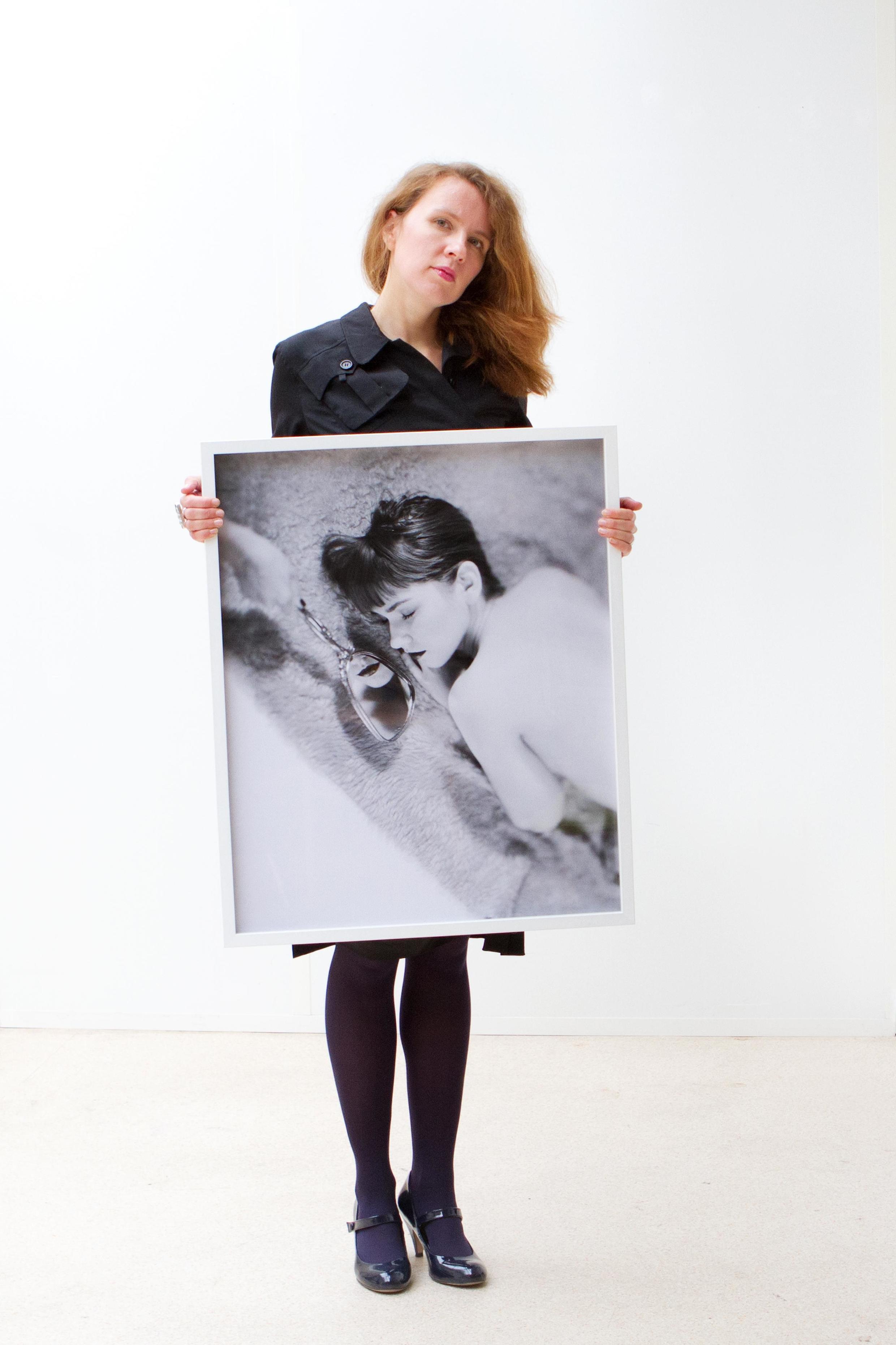 Лиза Фетисова с работой фотографа Марго Овчаренко