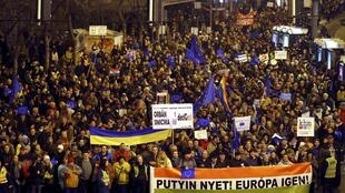 تظاهرات در بوداپست به هنگام ورود ولادیمیر پوتین به این شهر. ٢٧بهمن/ ١٦فوریه ٢٠١۵
