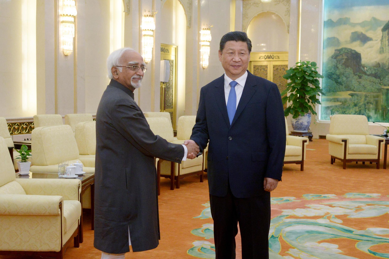 Phó Tổng thống Ấn Độ Shri Mohammad Hamid Ansari (trái) gặp Chủ tịch Trung Quốc Tập Cận Bình tại Bắc Kinh, 30/06/2014.