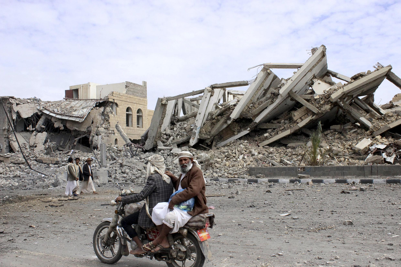 Dommages dus à l'intervention aérienne de la coalition dans une cité du nord-ouest du Yémen, le 7 mai 2015.