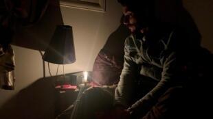 Khaled est contraint de s'éclairer à la bougie, de se passer d'internet, de chauffage et de réfrégirateur.