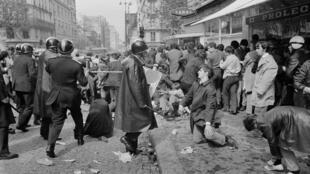 Полиция и протестующие на улице Сен-Жак в Латинском квартале Париже 6 мая 1968
