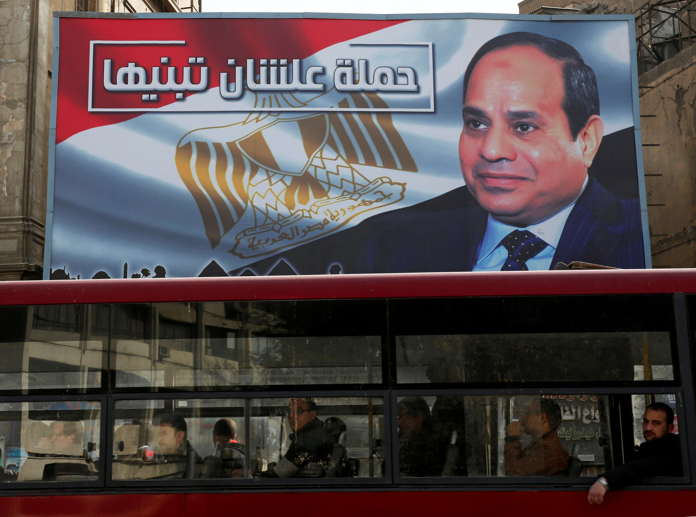 Afiche electoral para la reelección del presidente egipcio Abdel Fattag Al-Sisi en el Cairo.