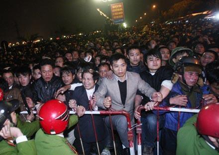 Đền Trần - Nam Định : Trước giờ phát ấn, 14 tháng Giêng năm Tân Mão 2011 (Theo Dân trí )