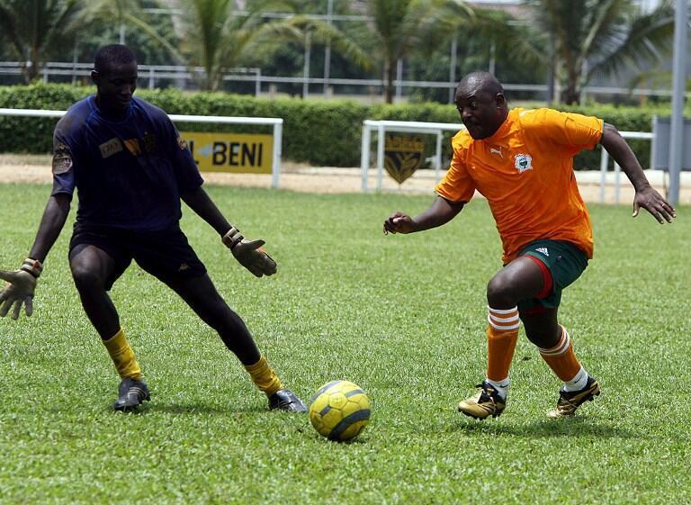 Le président burundais Pierre Nkurunziza dribble un gardien de but durant un match à Abidjan, le 26 février 2007.