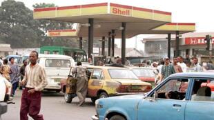 Shell s'est désengagé en partie du continent africain en cédant ses activités en aval, dont le raffinage, le stockage et la vente de divers produits.
