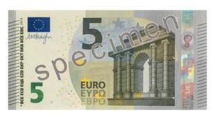 Un spécimen du nouveau billet de cinq euros.