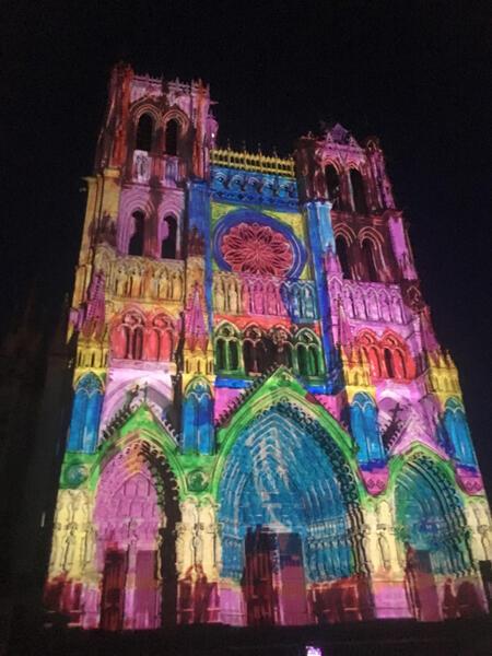 La Cathédrale Notre-Dame d'Amiens colorisée façon Pop Art attire les touristes notamment anglophones.