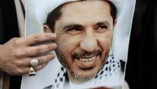 Portrait du cheikh Ali Salmane brandi par un protestataire lors d'une manifestation contre son arrestation, en 2015.