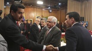 Tỏng thống Venezuela Nicolas Maduro đến chào lãnh đạo đối lập Henrique Capriles nhưng không tham gia cuộc họp kín 10/04/2014 - REUTERS /Miraflores Palace