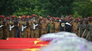 Funérailles de sept membres des forces de sécurité burkinabè tués fin août après que leur véhicule a été touché par une bombe placée au bord d'une route dans l'est du pays.