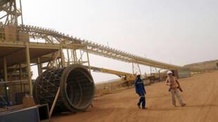 Des ouvriers devant lr diyr fr la mine d'or d'Essakane, le 12 mai 2010.