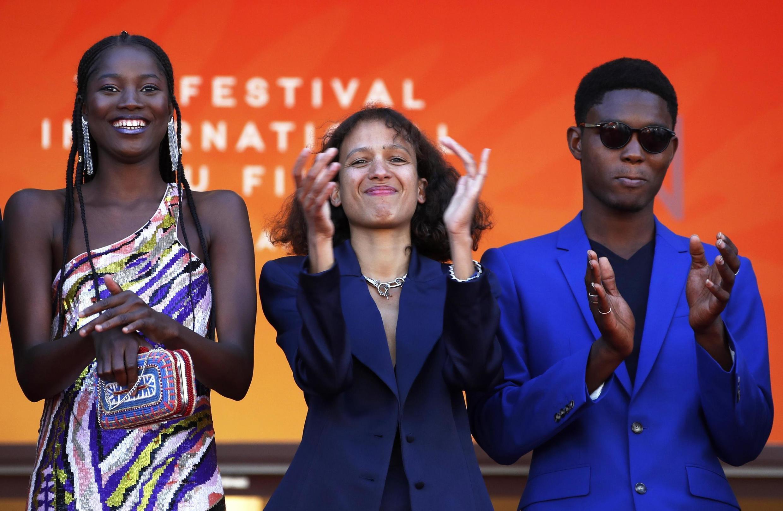 Режиссер Мати Диоп (в центре) 16 мая 2019 на Каннском кинофестивале.