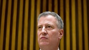 Le maire de New York Bill de Blasio lors d'une conférence de presse, après la mort de deux policiers tués samedi à Brooklyn, à New York le 22 décembre 2014.