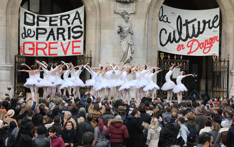 """Para protestar contra o projeto de reforma da Previdência do governo francês, bailarinas interpretaram trechos do espetáculo """"O Lago dos Cisnes"""", diante da Ópera Garnier, em Paris."""