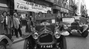 Deux voitures de collection fabriquées par Dion-Bouton devant le Club de l'auto à Paris , le 10 octobre1976.