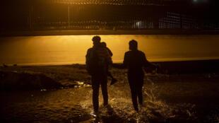Migrantes sem documentos atravessam o rio Grande, a partir de Ciudad Juárez, no México, com destino a El Paso, nos Estados Unidos, em março de 2021.
