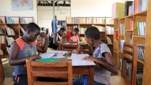 Jeunes filles dans une bibliothèque d'établissement scolaire au Togo.