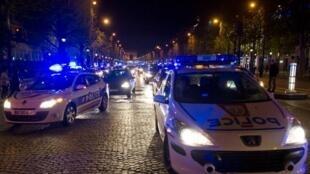 Policiais manifestam em Paris no dia 25 de abril, na avenida Champs Elysées.