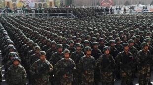 """2月27號約有1萬多名武警官兵聚集在烏魯木齊 參加了當地舉行的""""反恐維穩誓師大會"""""""