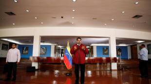 Tổng thống Venezuela Nicolas Maduro phát biểu với báo chí trước khi bay sang Cuba ngày 20/04/2018.