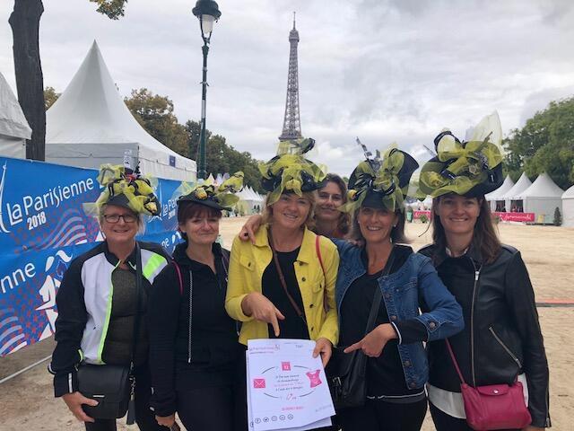 """Grupo de corredoras francesas que participam todos os anos da """"La Parisienne"""" fantasiadas. Este ano, elas correm com o chapéu inspirado em Nova York, cidade homenageada este ano."""
