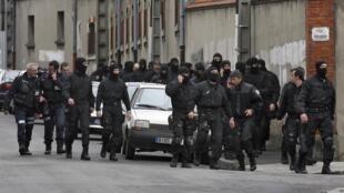 A eficácia da ação da unidade de elite francesa no caso de Toulouse é defendida com unhas e dentes pelo governo Sarkozy..