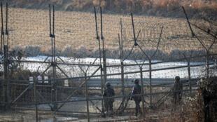 Lính Hàn Quốc tuần tra gần khu vực phi quân sự giữa hai miền Triều Tiên, tại Paju, Hàn Quốc, ngày 03/01/2018.