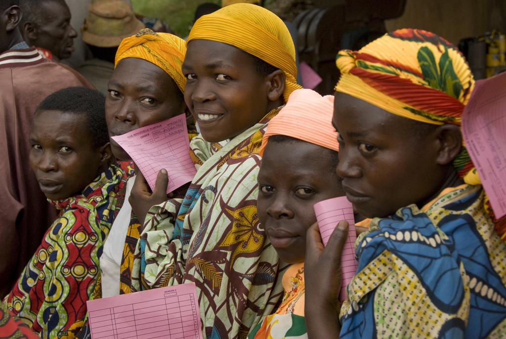 Des cultivatrices de café qui attendent leur paie. Les devises au Burundi proviennent essentiellement des exportations de café mais il s'agit d'une culture dont la production reste aléatoire.