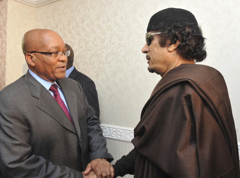 Le président sud-africain, Jacob Zuma (à gauche), n'a pas désavoué Mouammar Kadhafi.