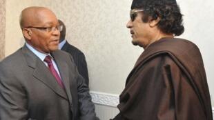 O presidente sul-africano, Jacob Zuma (esquerda), esteve com Muamar Kadafi em maio, na Líbia.