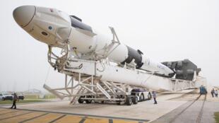 Le lanceur Falcon 9 contenant la capsule Dragon, tout deux conçus par SpaceX, fera un premier vol test avec la Nasa ce samedi 2 mars 2019.